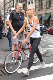 Sailor Brinkley Cook Out with Her Bike in New York 2018/09/12 2