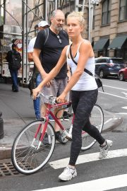 Sailor Brinkley Cook Out with Her Bike in New York 2018/09/12 3