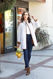 Alison Brie Out Shopping in Los Angeles 2018/10/15 7