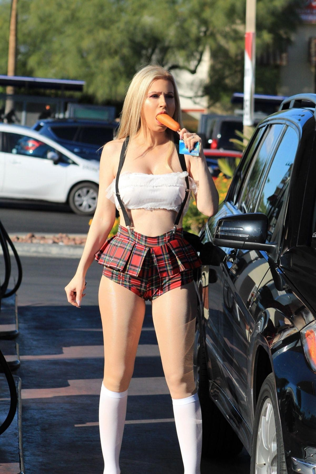 Ana Braga at a Gas Station in Los Angeles 2018/10/21 1