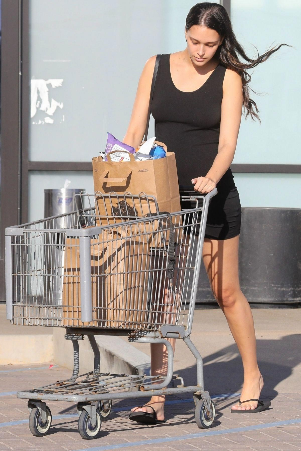 April Love Geary Shopping at Trancas Country Market in Malibu 2018/10/16 1