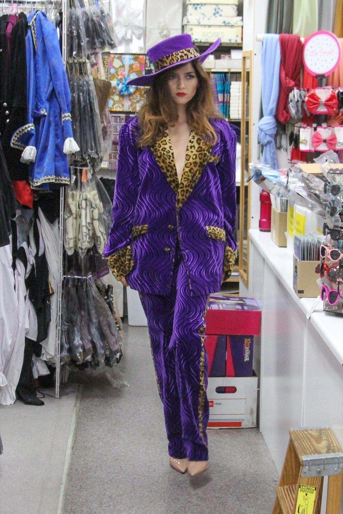 Blanca Blanco Searches for Halloween Costume in Los Angeles 2018/10/25 1