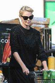 Charlize Theron at Grocery Store in Los Angeles 2018/09/29 5
