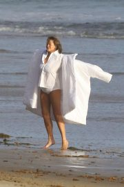 Chrissy Teigen on the Set of a Photoshoot at a Beach in Malibu 2018/10/09 11