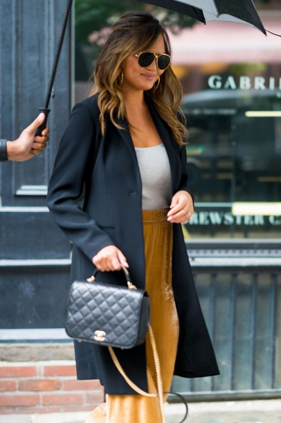 Chrissy Teigen Out in Little Italy in New York 2018/10/13 1