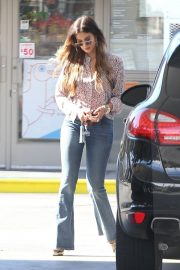 Delta Goodrem at a Gas Station in Los Angeles 2018/10/09 8