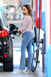 Delta Goodrem at a Gas Station in Los Angeles 2018/10/09 10