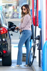Delta Goodrem at a Gas Station in Los Angeles 2018/10/09 12