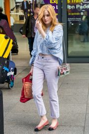 Ellie Bamber at Heathrow Airport in London 2018/10/17 7