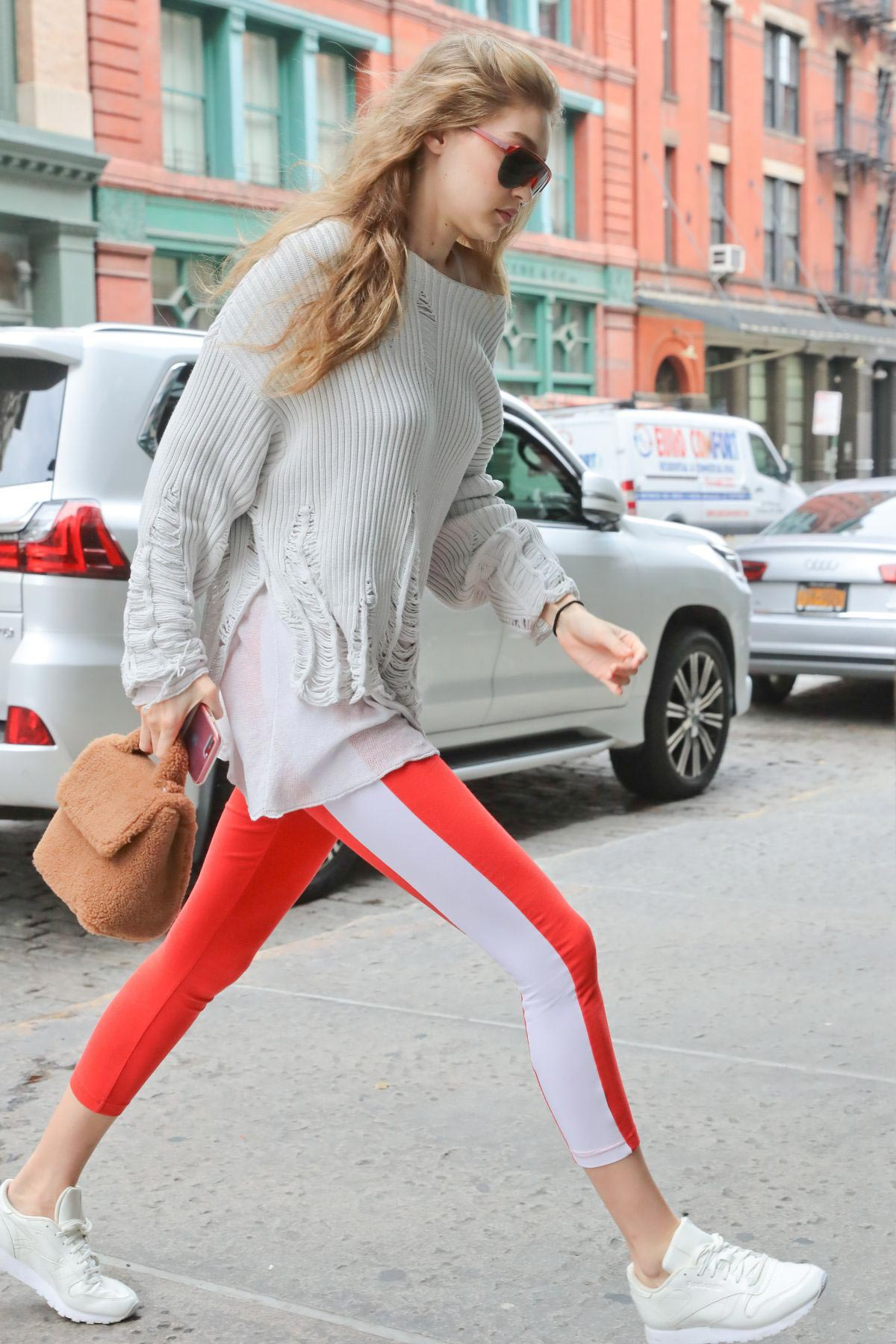 Gigi Hadid Arrives at Taylor Swift Apartment in New York 2018/10/04 1