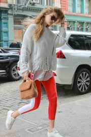 Gigi Hadid Arrives at Taylor Swift Apartment in New York 2018/10/04 2