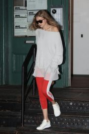 Gigi Hadid Arrives at Taylor Swift Apartment in New York 2018/10/04 3
