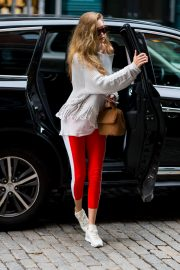 Gigi Hadid Arrives at Taylor Swift Apartment in New York 2018/10/04 5