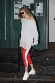 Gigi Hadid Arrives at Taylor Swift Apartment in New York 2018/10/04 6