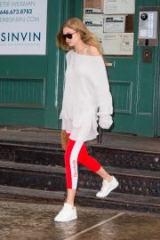 Gigi Hadid Arrives at Taylor Swift Apartment in New York 2018/10/04 9