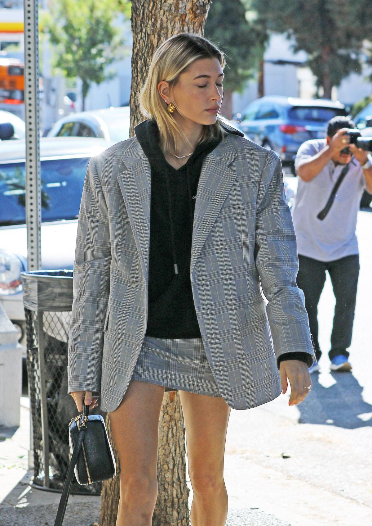 Hailey Baldwin in Short Skirt Out in Los Angeles 2018/10/16 1