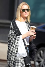 Jennifer Lawrence Out for a Coffee in New York 2018/10/05 5