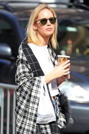 Jennifer Lawrence Out for a Coffee in New York 2018/10/05 7