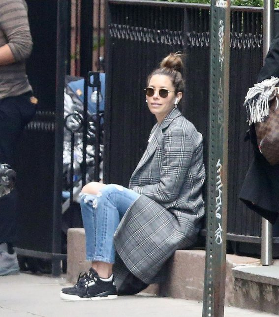 Jessica Biel in Ripped Jeans Out in New York 2018/10/23 1