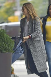 Jessica Biel in Ripped Jeans Out in New York 2018/10/23 2
