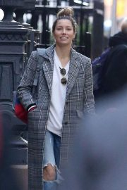 Jessica Biel in Ripped Jeans Out in New York 2018/10/23 3