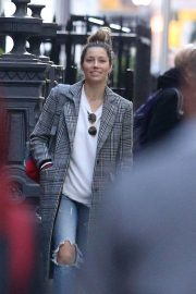 Jessica Biel in Ripped Jeans Out in New York 2018/10/23 7