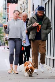 Lauren Miller and Seth Rogen Out with Their Dog in New York 2018/10/16 6