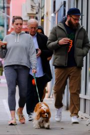Lauren Miller and Seth Rogen Out with Their Dog in New York 2018/10/16 7