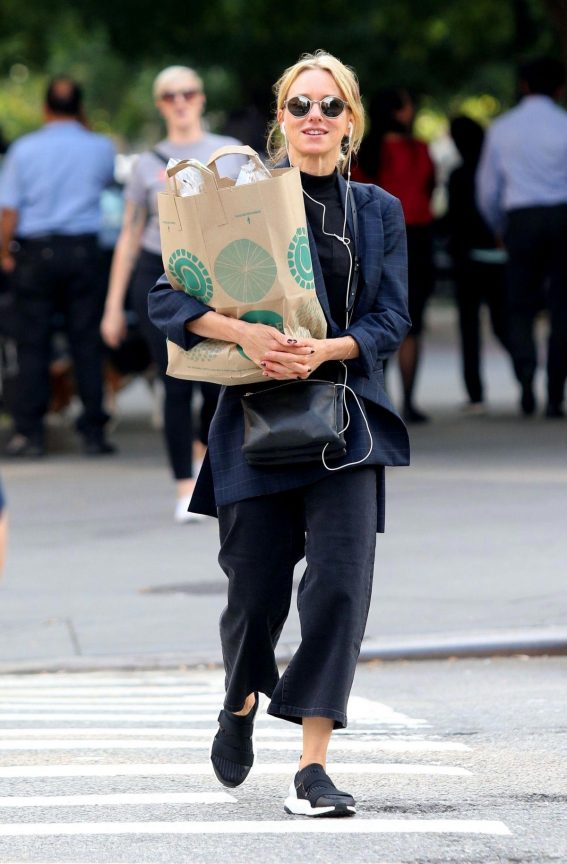 Naomi Watts Shopping Groceries in New York 2018/10/01 1