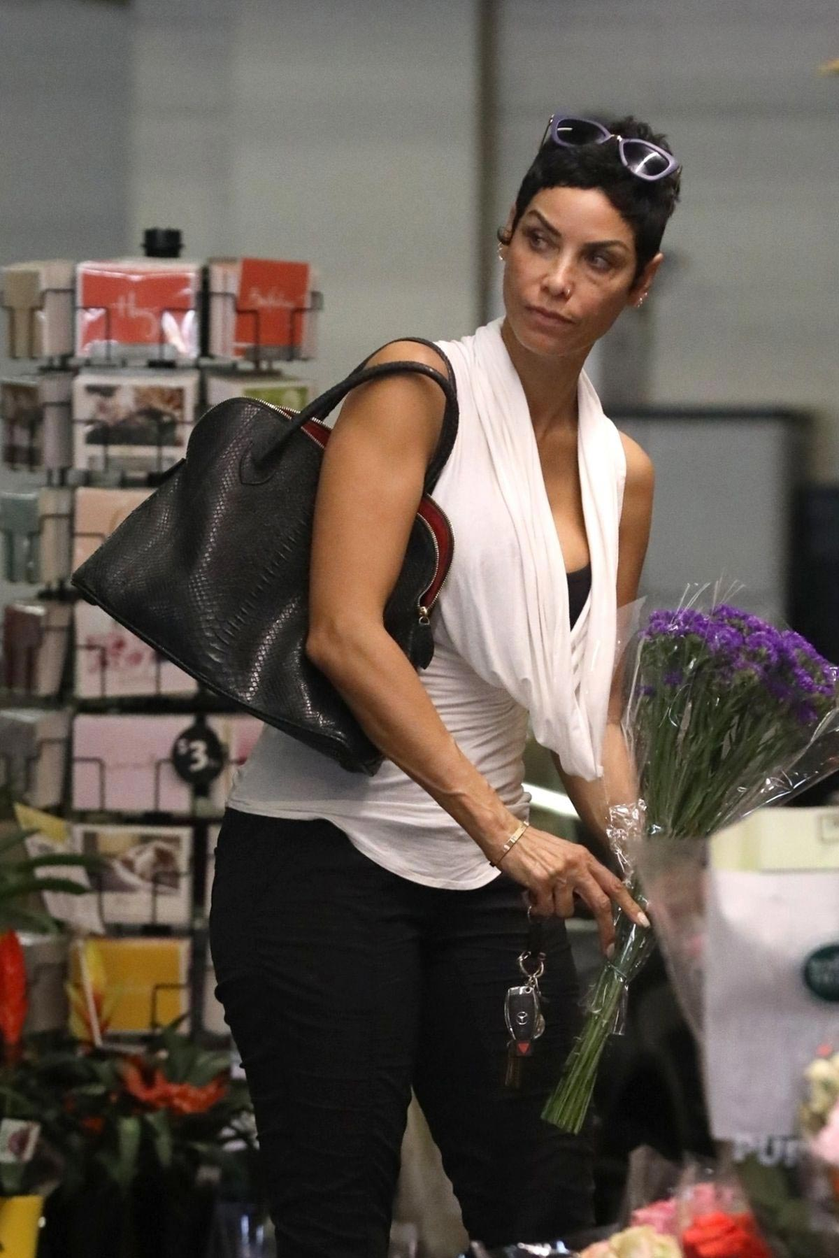 Nicole Murphy Shopping a Flower in Beverly Hills 2018/10/19 1