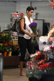 Nicole Murphy Shopping a Flower in Beverly Hills 2018/10/19 6