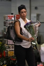 Nicole Murphy Shopping a Flower in Beverly Hills 2018/10/19 10