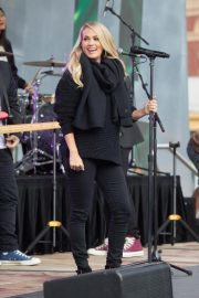 Pregnant Carrie Underwood Performs at Federation Square in Melbourne 2018/09/27 1