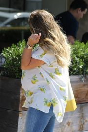 Pregnant Hilary Duff Out for Lunch in Los Angeles 2018/10/08 4