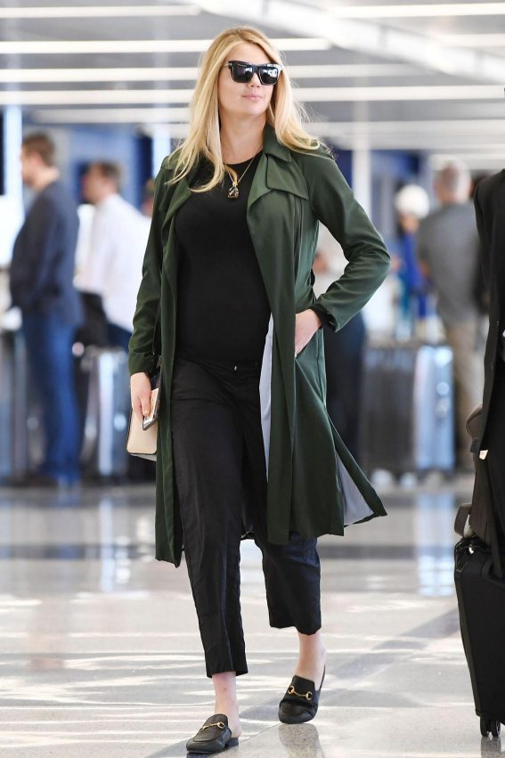Pregnant Kate Upton at LAX Airport in Los Angeles 2018/09/30 1