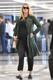 Pregnant Kate Upton at LAX Airport in Los Angeles 2018/09/30 3