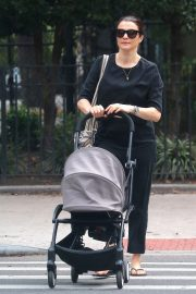 Rachel Weisz Pushing a Stroller Out and About in New York 2018/10/10 3