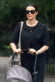 Rachel Weisz Pushing a Stroller Out and About in New York 2018/10/10 4