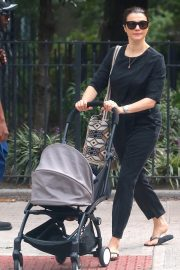 Rachel Weisz Pushing a Stroller Out and About in New York 2018/10/10 5