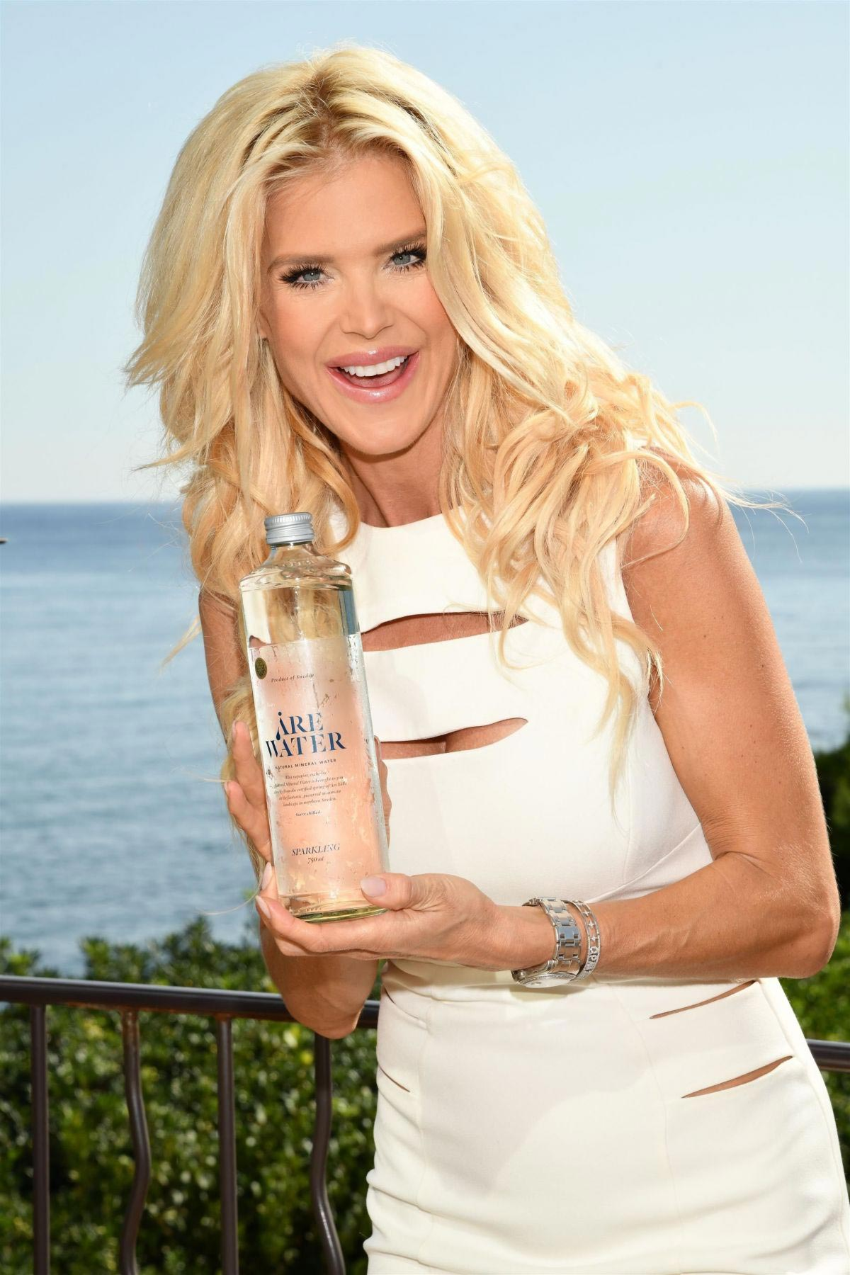 Victoria Silvstedt Promotes Swedish Water 'Are Water' in Saint-Jean-Cap-Ferrat 2018/10/19 1