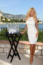 Victoria Silvstedt Promotes Swedish Water 'Are Water' in Saint-Jean-Cap-Ferrat 2018/10/19 7