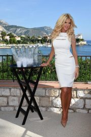 Victoria Silvstedt Promotes Swedish Water 'Are Water' in Saint-Jean-Cap-Ferrat 2018/10/19 9