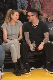 Behati Prinsloo and Adam Levine at LA Lakers Game in Los Angeles 2018/11/23 4