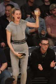 Behati Prinsloo and Adam Levine at LA Lakers Game in Los Angeles 2018/11/23 6