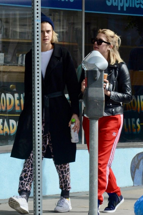 Cara Delevingne and Ashley Benson Out for Coffee in Studio City 2018/11/04 1