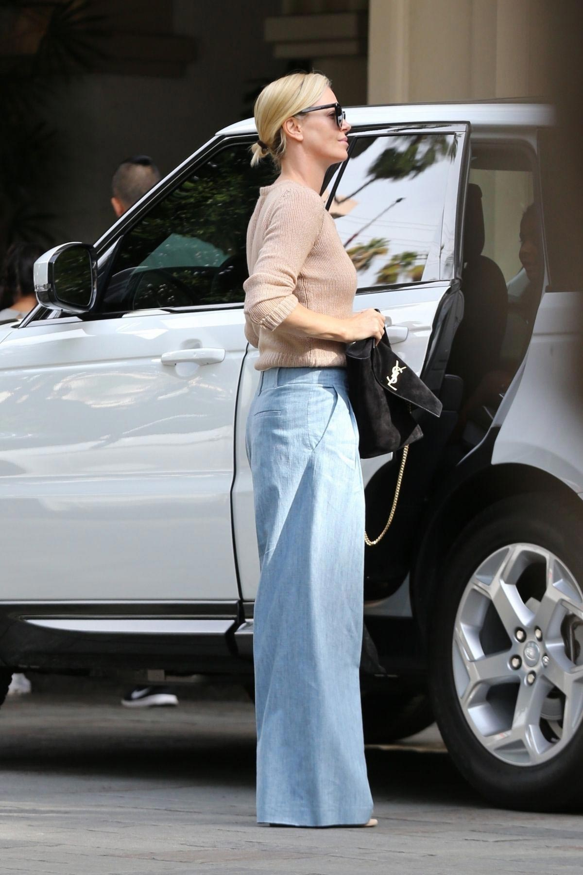 Charlize Theron Out and About in Beverly Hills 2018/11/04 1