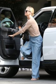 Charlize Theron Out for Lunch in Beverly Hills 2018/11/04 1