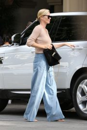 Charlize Theron Out for Lunch in Beverly Hills 2018/11/04 2