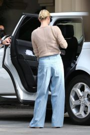Charlize Theron Out for Lunch in Beverly Hills 2018/11/04 3