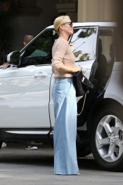 Charlize Theron Out for Lunch in Beverly Hills 2018/11/04 4